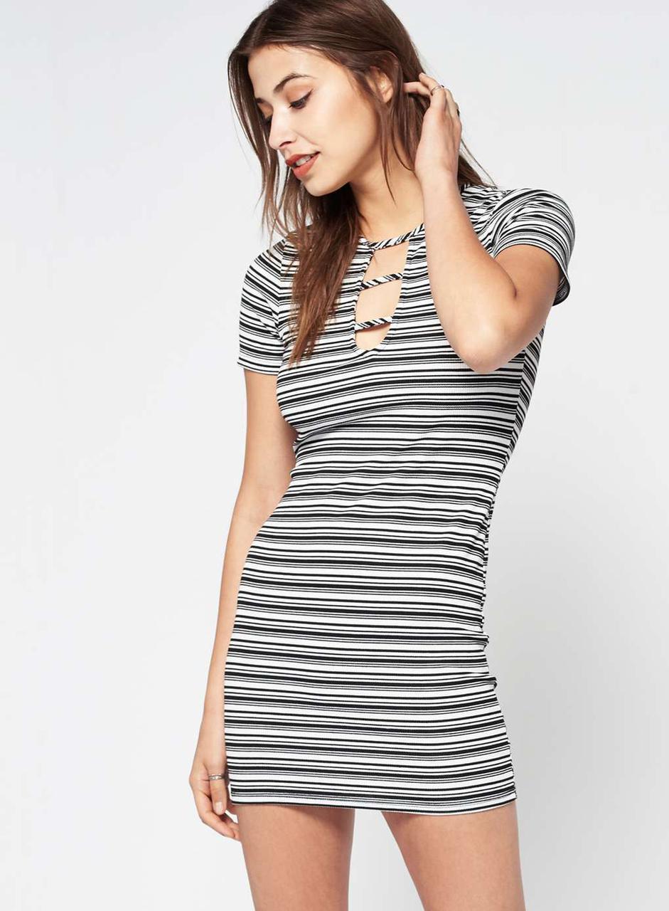 Короткое платье в полоску с красивым декольте miss selfridge