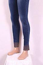 Женские джинсы узкие укороченные с вышивкой и перфорацией на поясе и по низу штанин, фото 3