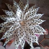 Цветок-резинка, белая в горошек