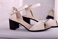 Женские босоножки на невысоком каблуке кремового цвета