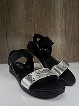Женские босоножки  черные с серебристой вставкой на низком ходу , фото 3
