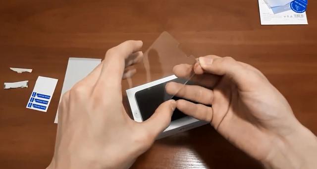 Клеим защитное стекло на смартфон