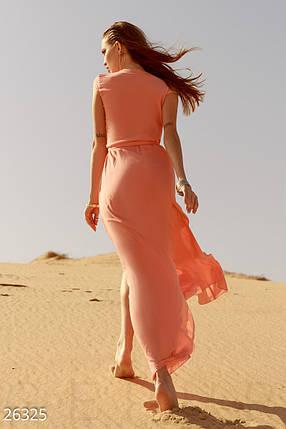 Летнее длинное платье халат глубокое декольте приталенное персиковое, фото 2