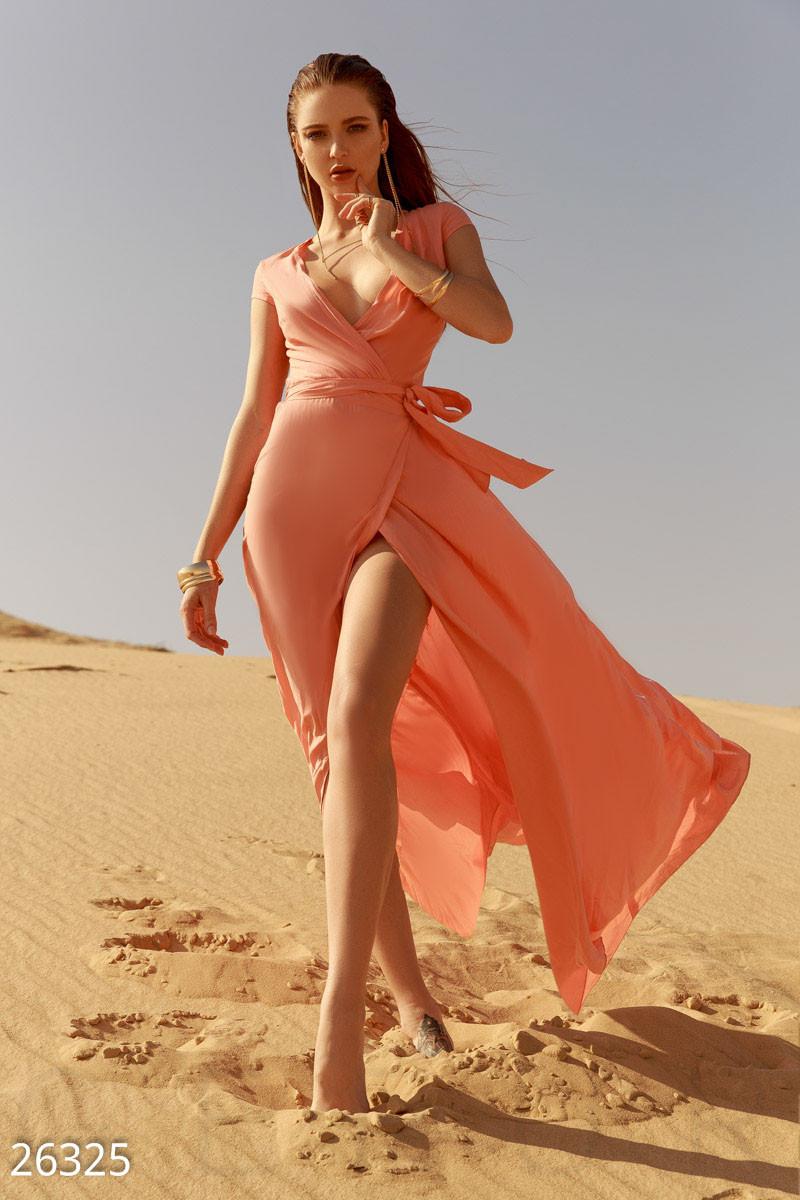 Летнее длинное платье халат глубокое декольте приталенное персиковое