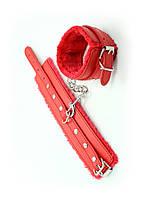 Красные наручники из искусственного меха и кожи