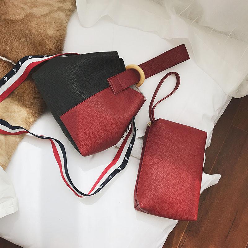 Женский сумка красно черная с бумбуковым кольцом через плече на широкой тканевой ручке + косметичка