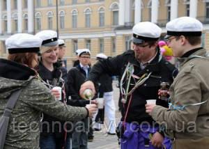 В Финляндии Первомай (Vappu) — это весенний карнавал студентов. В Хельсинки празднование начинается уже тридцатого апреля, когда в шесть часов вечера на статую нимфы Хавис Аманда, стоящую на Рыночной площади столицы, студенты надевают белую фуражку — головной убор абитуриентов. В этот момент все присутствующие также надевают свои фуражки и открывают бутылки с шампанским. Белую абитуриентскую фуражку получают те, кто закончил лицей и сдал выпускной экзамен.