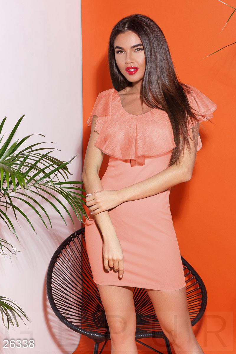 Летнее облегающее платье из креп дайвинга с рюшами персиковое