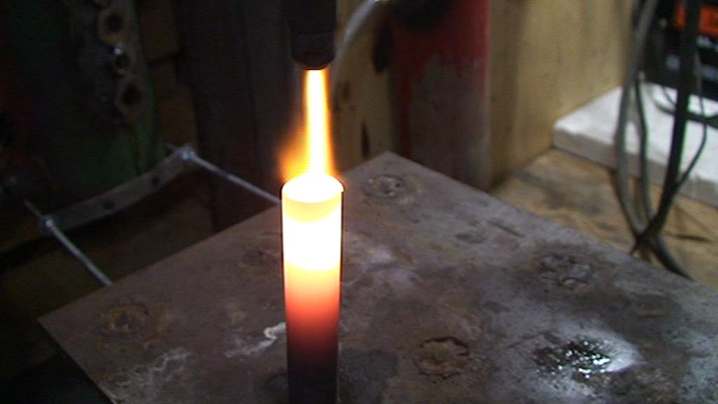 При сгорании HHO газа образовывается перегретый пар, если ему не дать разлететься а пропустить его через луч с температурой более 600 градусов, тогда он вновь распадется на составные HHO и естественно увеличит температуру камеры!