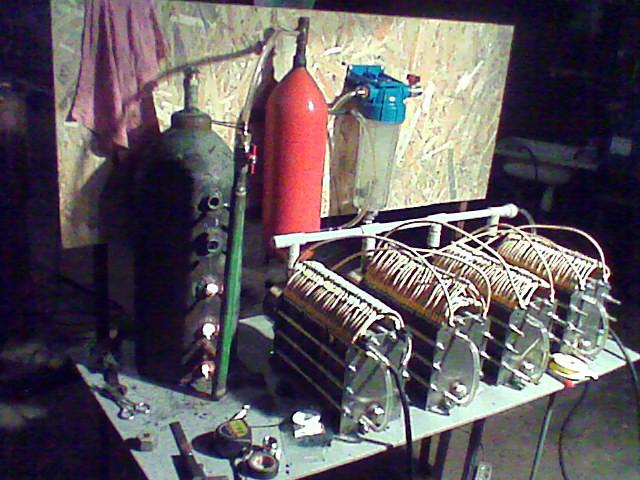 Прототип водородного котла, слева три рабочих сопла с температурой более 1000 градусов направлены в камеры которые заключены в водяную рубашку с принудительной циркуляцией...