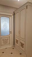 Шкаф прихожей и зеркало в классическом стиле