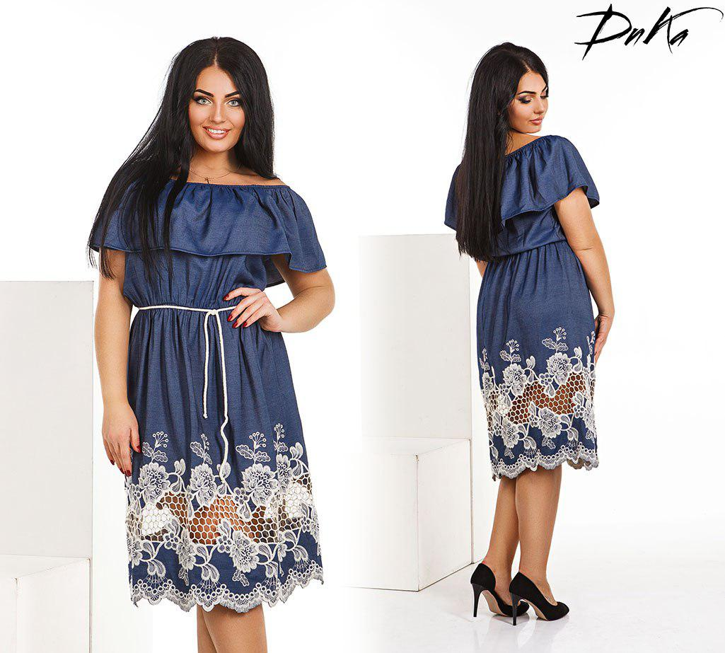 Платье с вышивками на юбке