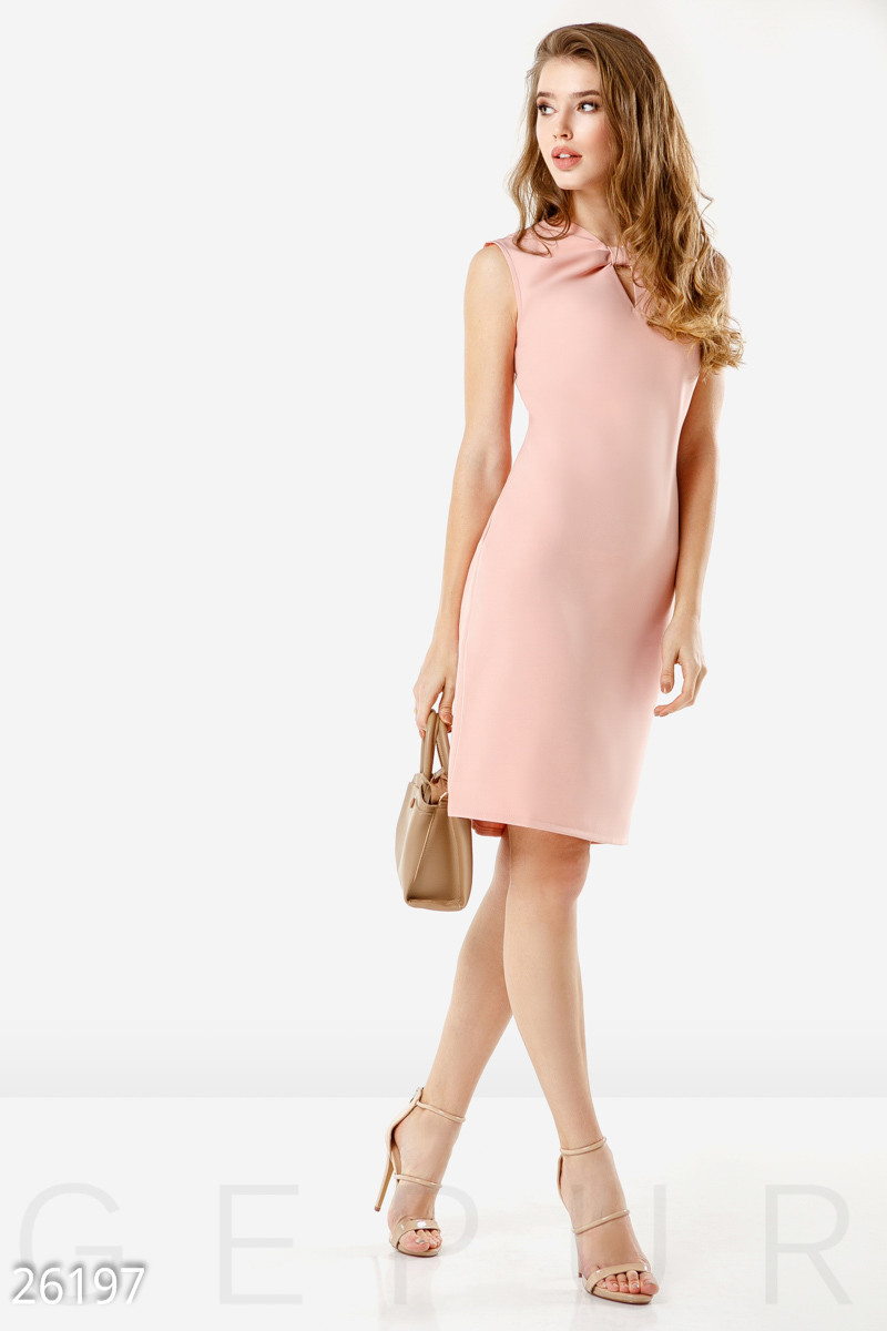 Летнее деловое платье лаконичного кроя миди без рукав розовое большие размеры