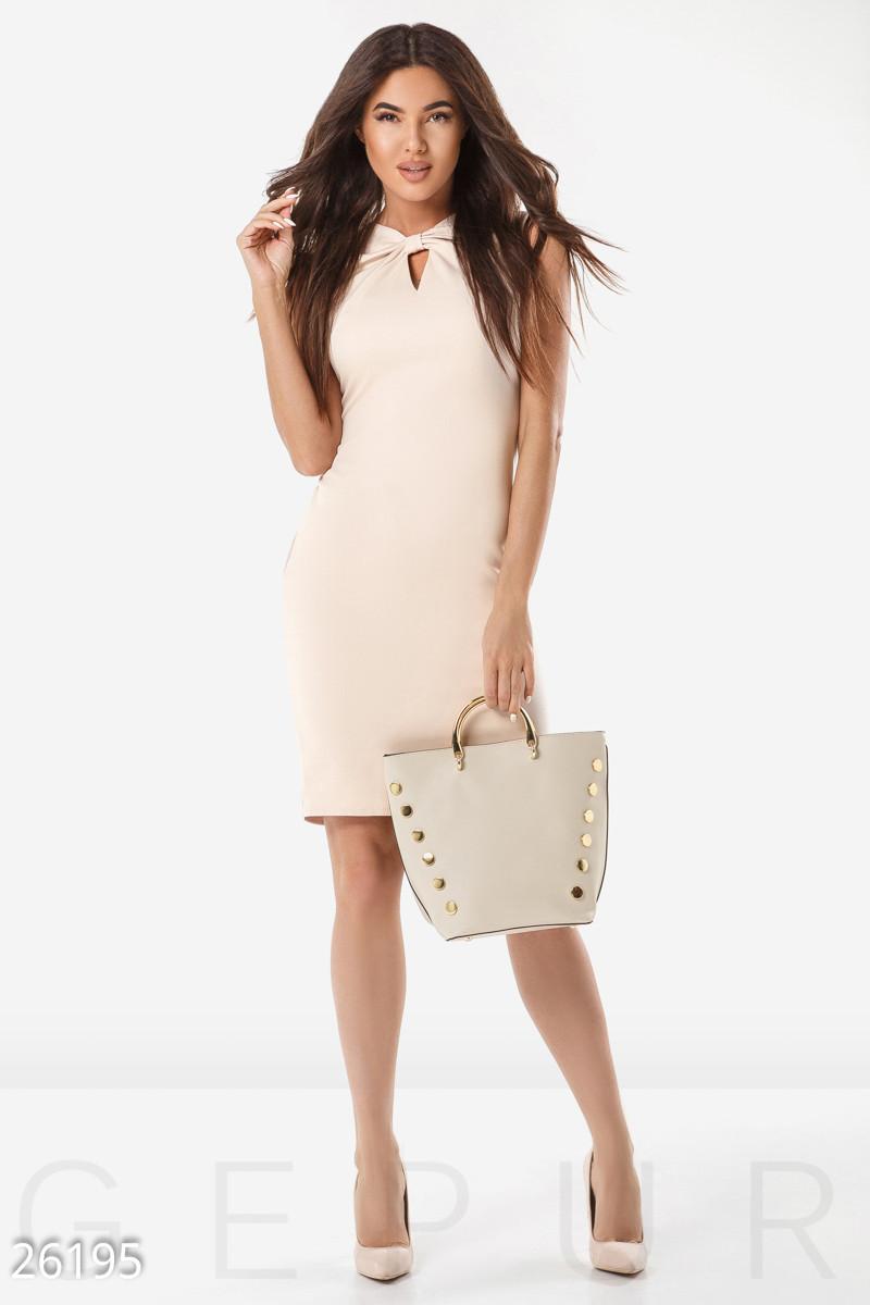Деловое платье  по фигуре средней длины с вырезом на груди без рукав бежевое большие размеры