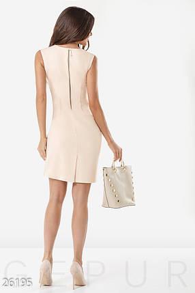 Деловое платье  по фигуре средней длины с вырезом на груди без рукав бежевое большие размеры, фото 2