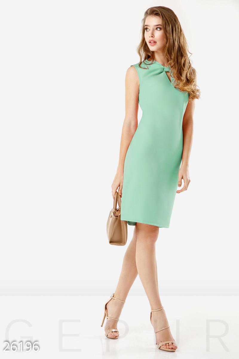 Офисное летнее платье до колен с разрезом и молнией приталенное мятное