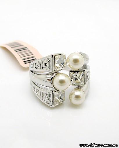 Изысканное кольцо родий с тремя фианитами и жемчужинами