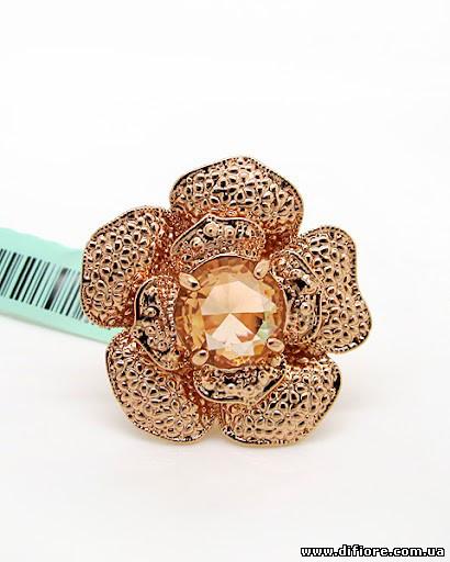 Изысканное крупное кольцо с медовым фианитом