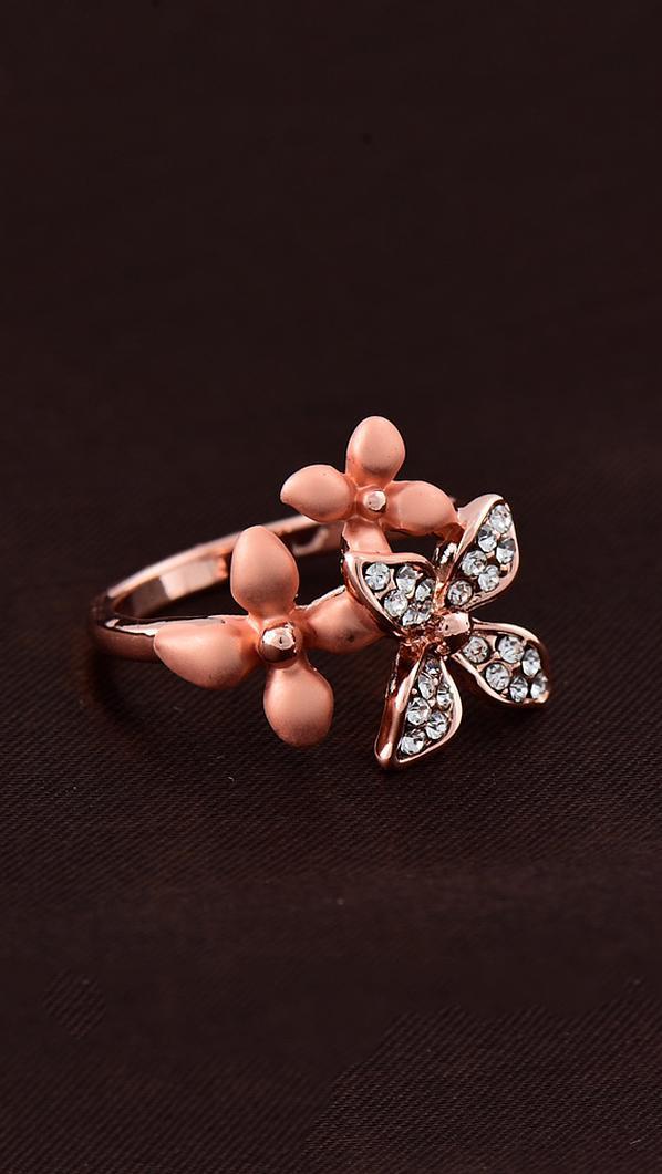 Интересное кольцо с цветами и фианитами
