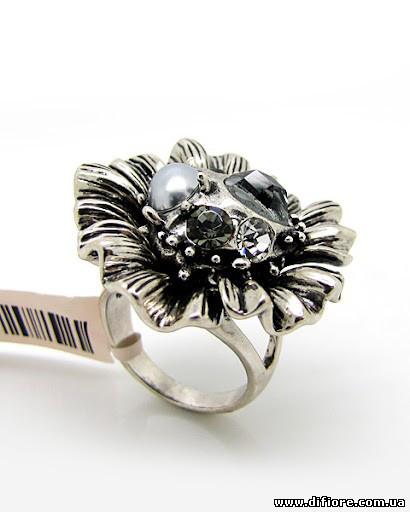 Крупное заметное кольцо с разными фианитами