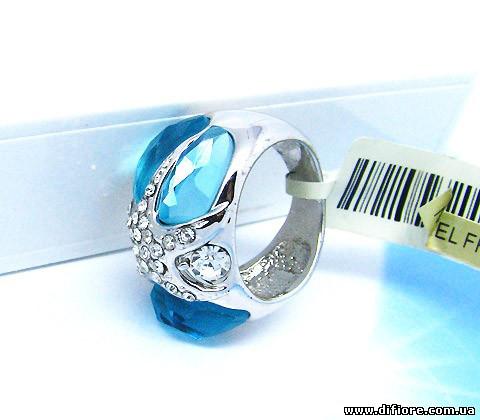 Необычное кольцо с голубыми фианитами