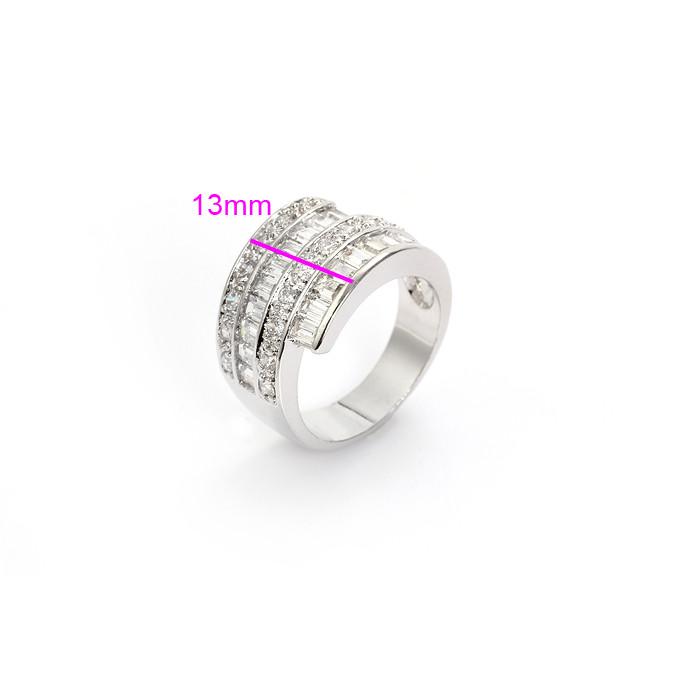 Неотразимое кольцо с фианитами разной огранки