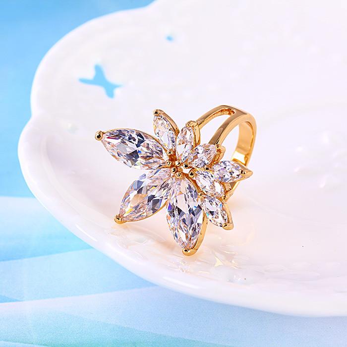 Роскошное кольцо с фианитами