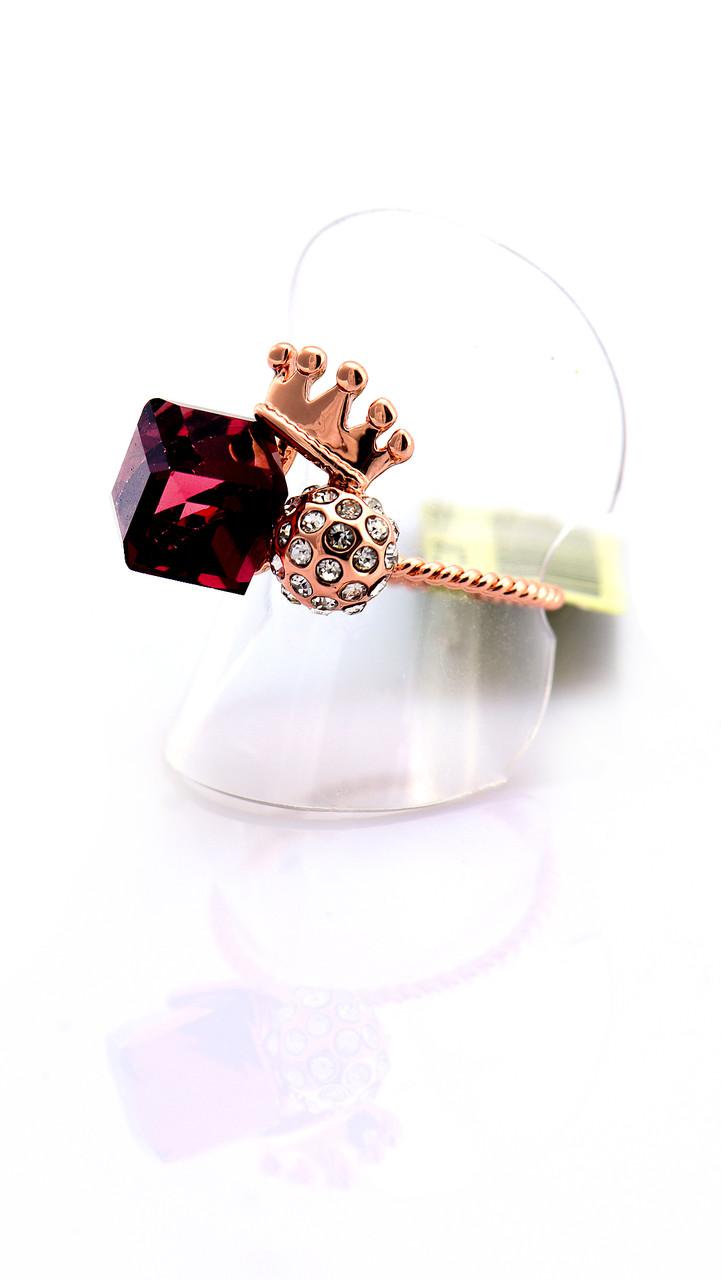 Тонкое кольцо со сливовым кубиком и короной