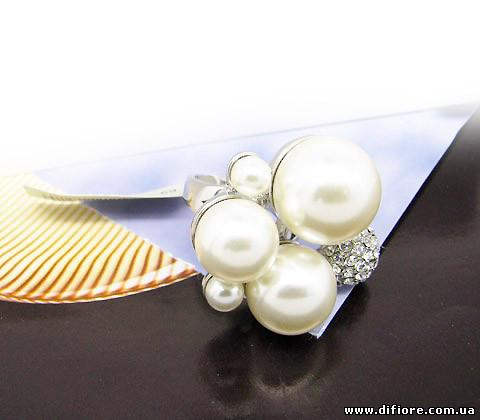 Эффектное кольцо с фианитами и белыми жемчужинами