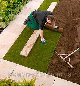 Место, предназначенное под раскладку рулонного газона, выравнивают с большой аккуратностью, не допуская впадин и наличия камней, мусора, корневищ многолетних сорняков