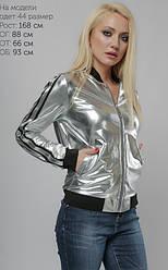 Молодежная куртка-бомбер на молнии, серебряного цвета