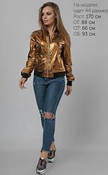Модный бомбер темно-золотистого цвета из стрейчевой экокожи