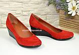 Туфли женские на невысокой танкетке из натурального красного замша от производителя, фото 2