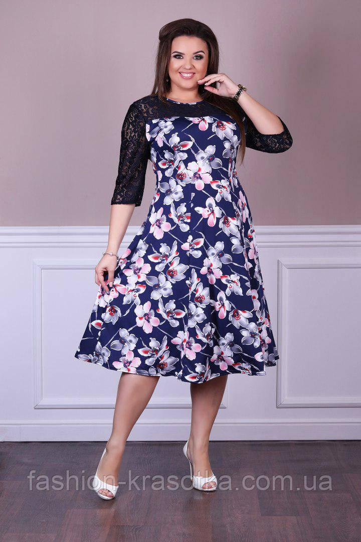 Нарядное женское платье украшено гипюром в размерах 52-56