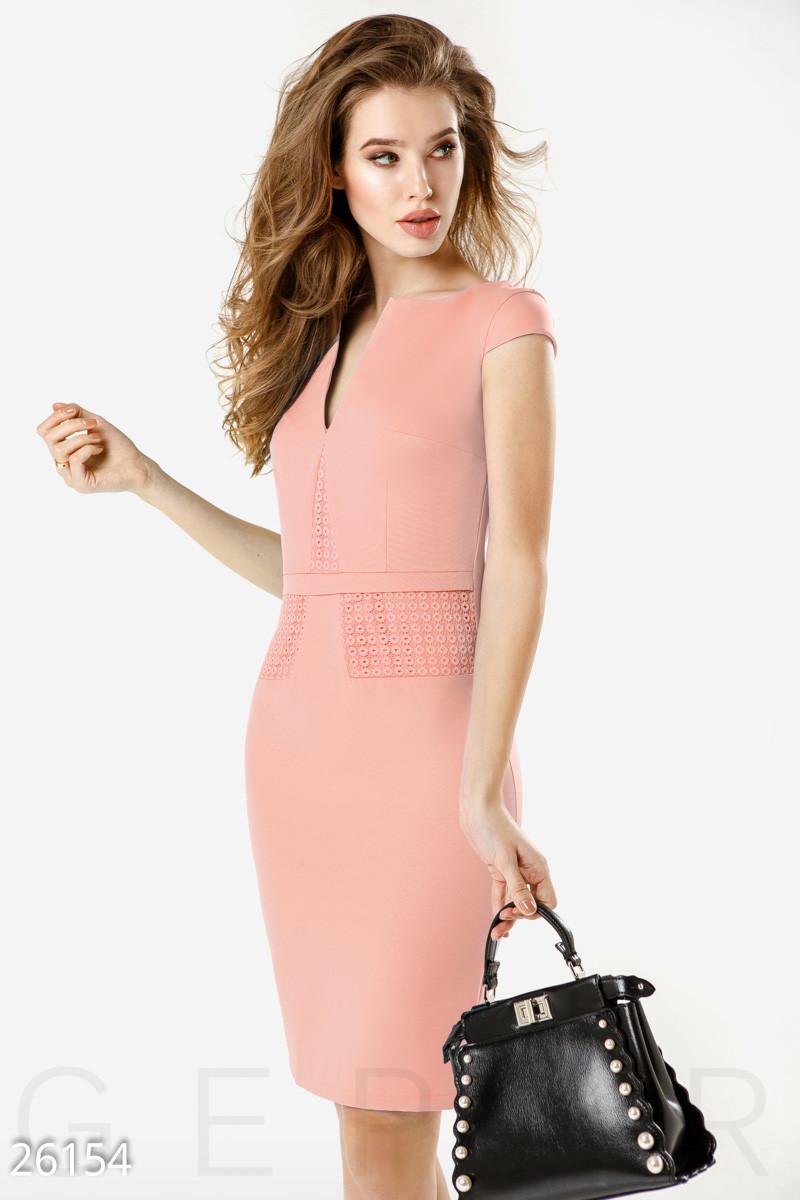 Летнее деловое платье миди с коротким рукавом приталенное с кружевом розовое