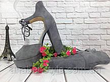 Босоножки замшевые серого цвета на устойчивом каблуке носок открыт пятка закрыта шнурочек Код 1586, фото 2