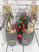 Босоножки замшевые серого цвета на устойчивом каблуке носок открыт пятка закрыта шнурочек Код 1586, фото 3