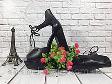 Босоножки кожаные черного цвета на устойчивом каблуке носок открыт пятка закрыта шнурочек Код 1588, фото 3