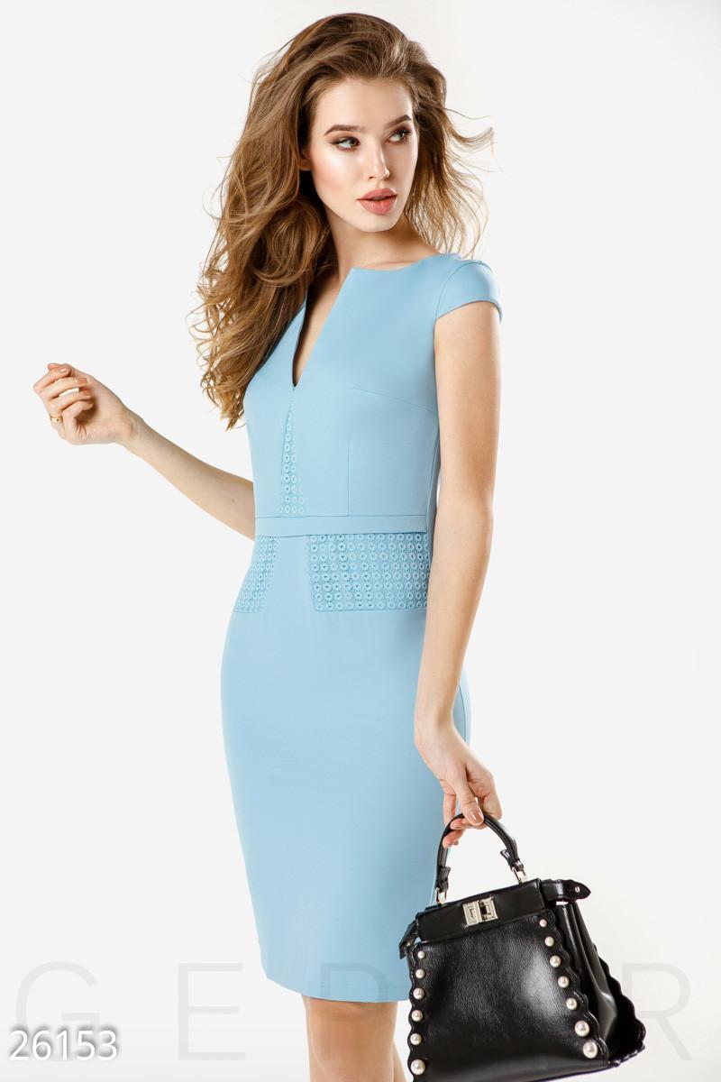 Деловое платье до колен с молнией сзади облегающее голубое