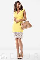Легкое летнее платье облегающего силуэта миди с кружевами желтое с белым