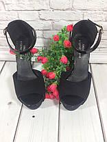 Босоножки замшевые черного цвета на толстом каблучке + лаковый ремешок носок открыт пятка закрыта Код 1591, фото 3