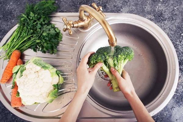 Как правильно мыть овощи и фрукты?
