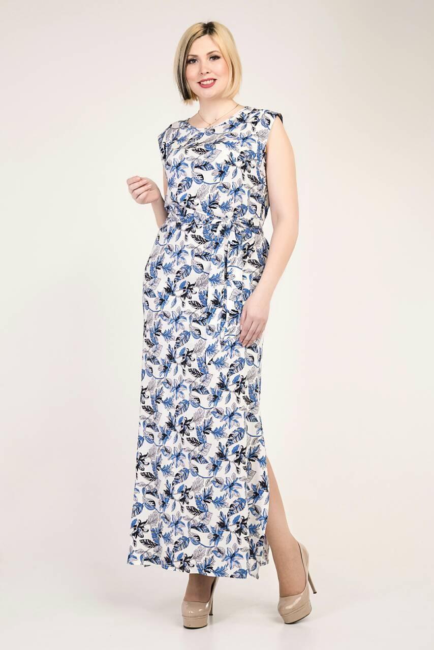 Летнее длинное женское платье белого цвета с синими цветами