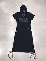 Короткое однотонное платье с капюшоном и шнуровкой по бокам