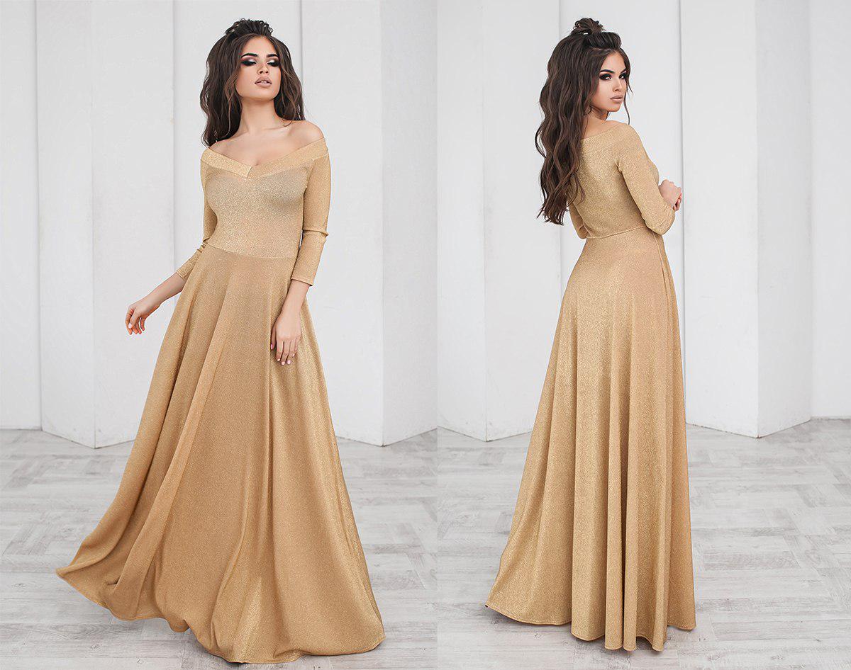 в длинном платье в поле