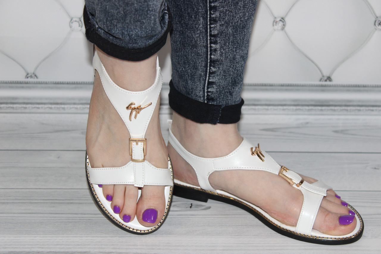 Женские белые босоножки на низком каблуке размер 38