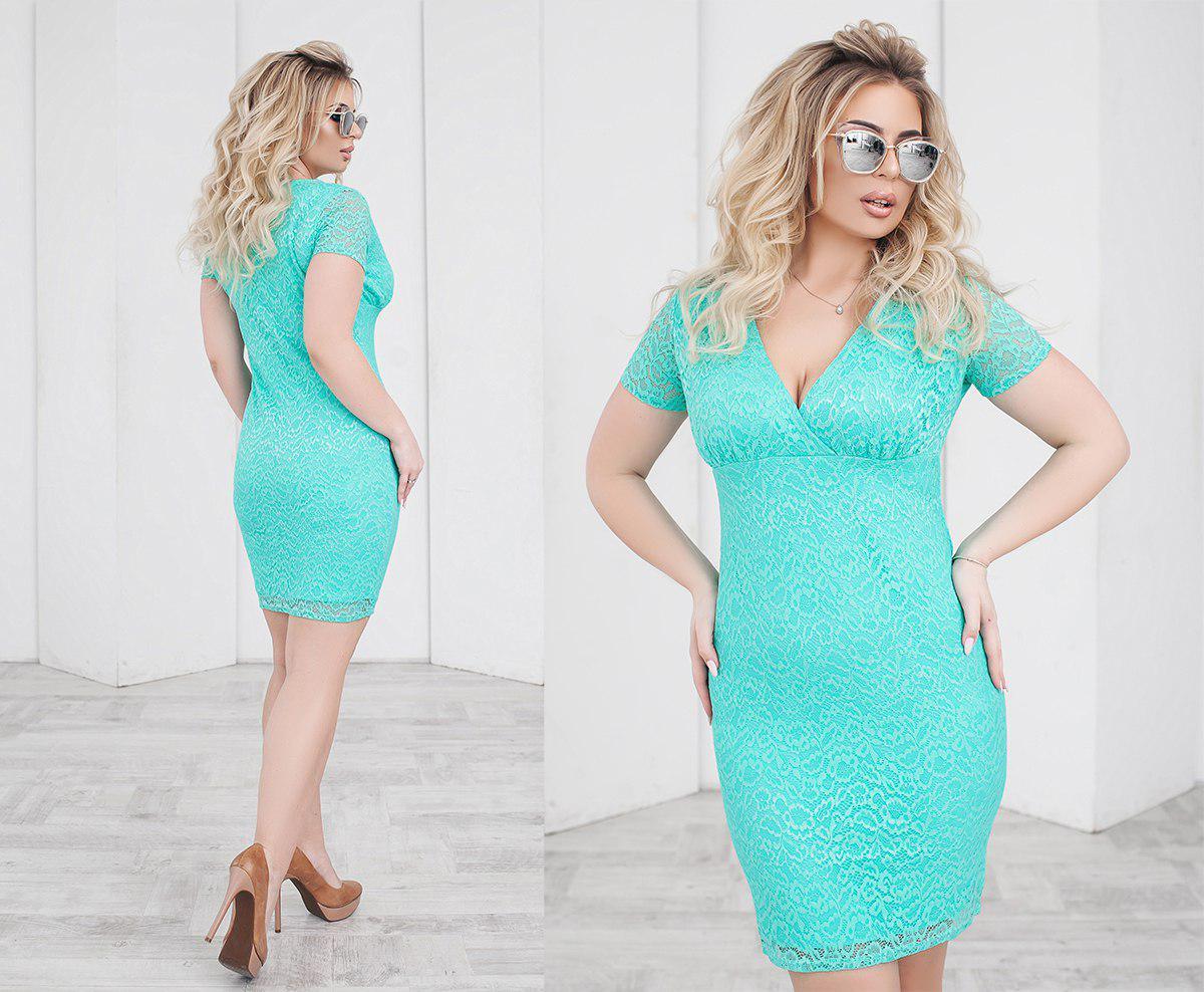Короткое облегающее гипюровое  женское  платье с красивым глубоким декольте. 4 цвета. Размеры: 48,50,52,54.