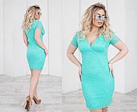 Короткое облегающее гипюровое  женское  платье с красивым глубоким декольте. 4 цвета. Размеры: 48,50,52,54., фото 1