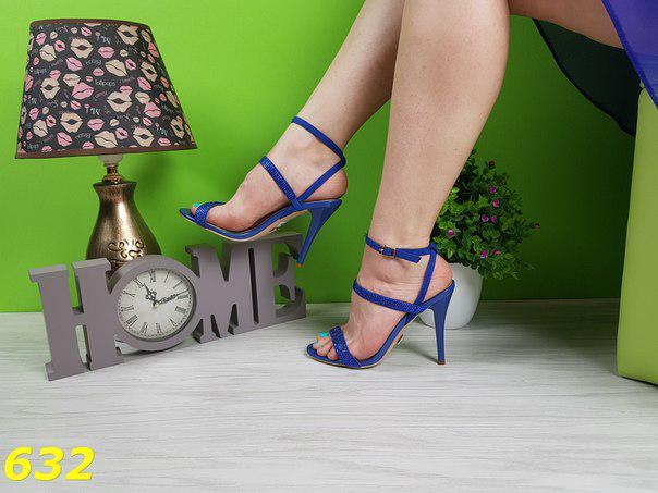 Синие женские босоножки на шпильке класические со стразами