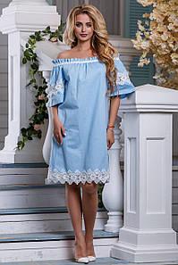 Стильное платье свободного кроя средней длины голубое